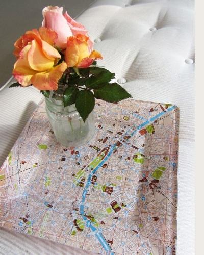 Nampan yang dilapisi peta ini terlihat cantik, kan?
