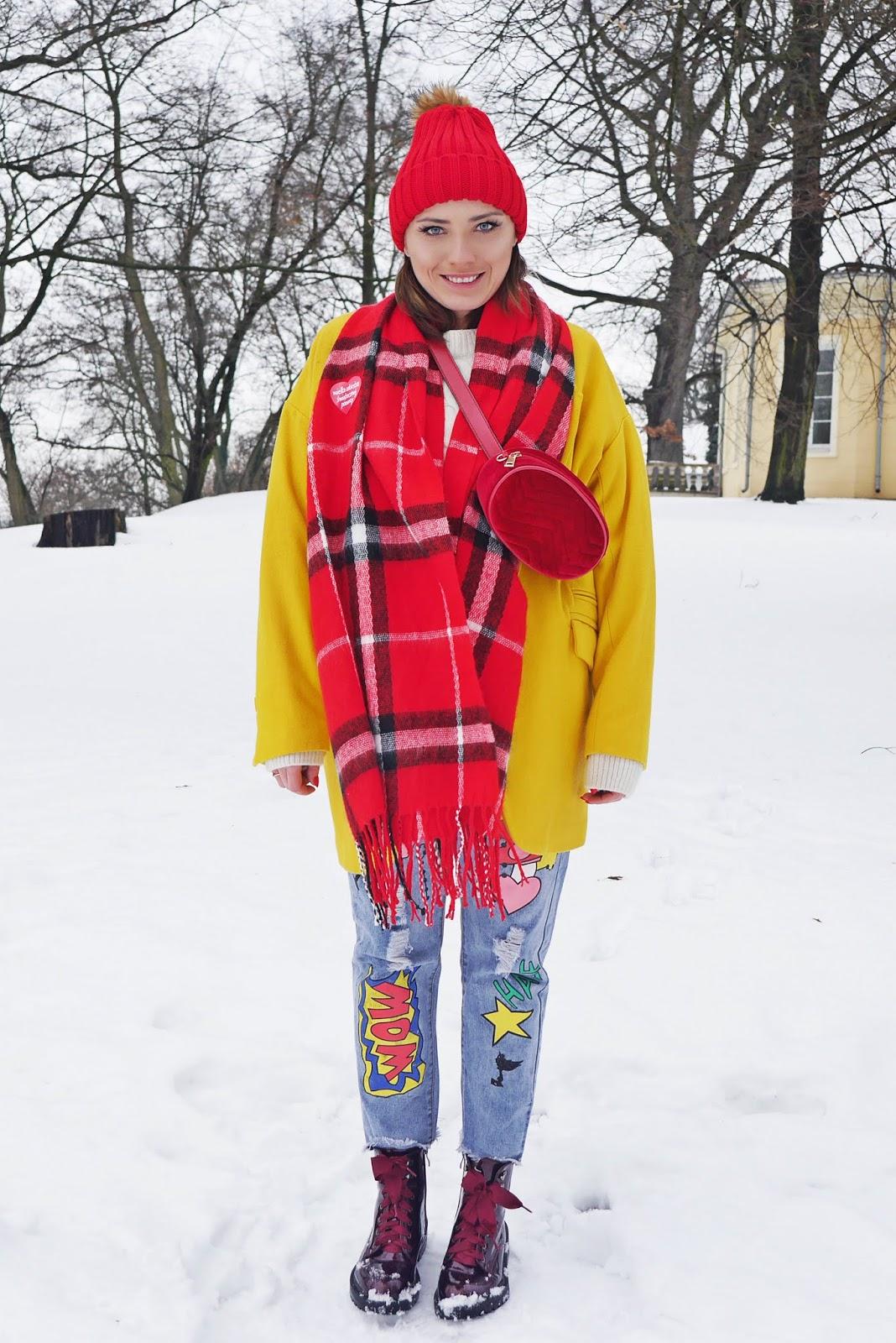żółty płaszcz spodnie z naszywkami czerwony szalik bordowe traperki renee karyn blog modowy blogerka modowa
