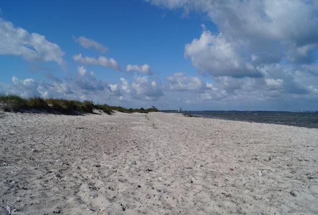 """Kennt Ihr schon den Strand von WendKüste und ganz viel Mee(h)r: Unsere schönsten Bilder aus dem 2. Halbjahr 2017. Hier mein schönstes Bild in der Kategorie """"Landschaft"""".torf? Auf Küstenkidsunterwegs zeige ich Euch diesen wunderschönen naturbelassenen Strand, der im Naturschutzgebiet Bottsand liegt!"""