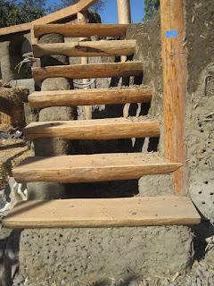 สร้างบันไดไม้ในบ้านดิน