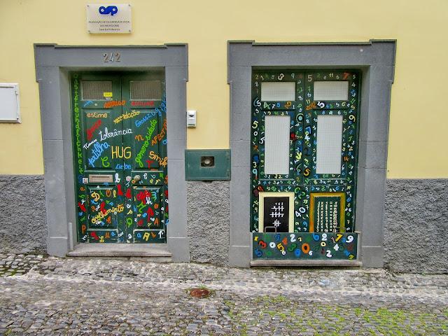 letras números pintados nas portas da Zona Velha