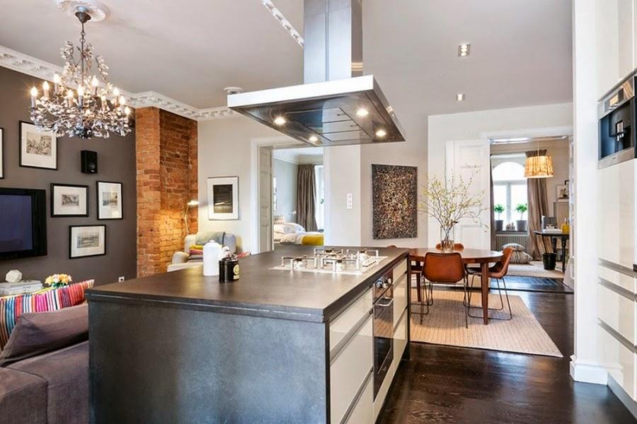 Apartament w Szwecji z kontrastową ścianą, wystrój wnętrz, wnętrza, urządzanie domu, dekoracje wnętrz, aranżacja wnętrz, inspiracje wnętrz,interior design , dom i wnętrze, aranżacja mieszkania, modne wnętrza, styl klasyczny, styl nowoczesny, ceglana ściana, ściana z cegły, wyspa kuchenna, otwarta kuchnia, salon, okap, żyrandol
