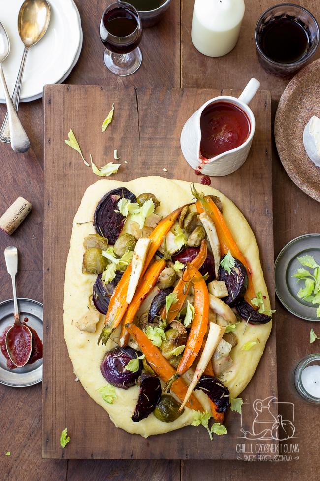 Serowa polenta z pieczonymi warzywami i sosem z pieczonych warzyw i wina
