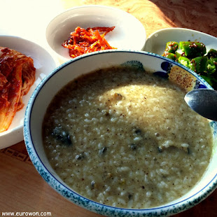 Plato de jeonbokjuk o gachas de arroz con oreja de mar