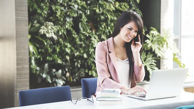 Kvinde, der blogger om sin forretning