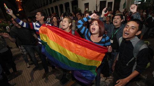 SEGIP entrega en Tarija la primera cédula de identidad a una persona transgénero