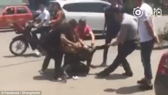 5 (Disturbing Photos + Video) Shocking Moment A Man Holding Knife Attacks A Woman In Broad Daylight news