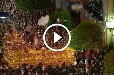 San Gonzalo regresa a Triana y hace una chicotá ante la Estrella en la Calle San Jacinto del Barrio de Triana el Lunes Santo de la Semana Santa de Sevilla trianeando.