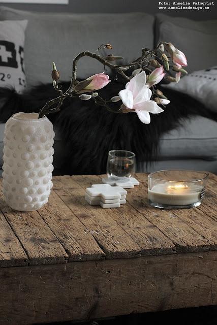 annelies design, webbutik, webbutiker, inredning, vardagsrum, vas, bubbles, magnolia, konstgjorda blommor, blomma, fårskinn, svart, woodwick, doftljus, sprakande veke, glasunderlägg, marmor, underlägg, kors, mugg,