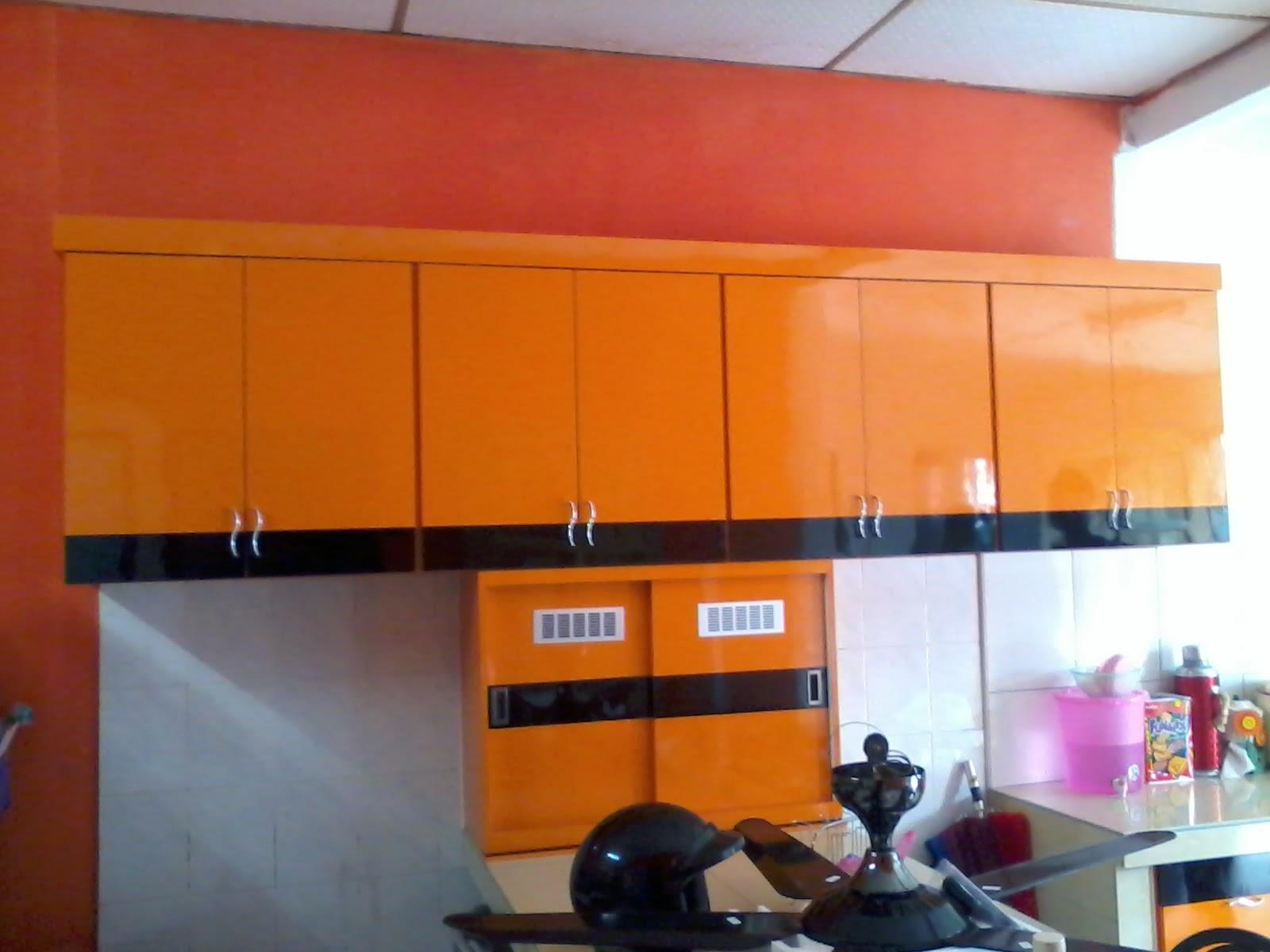 Kabinjet Dapur Di Bahagian Bawah Yang Ditempah Seri Manjung Perak Dengan Menggunakan Warna Oren Gloss Dan Hitam