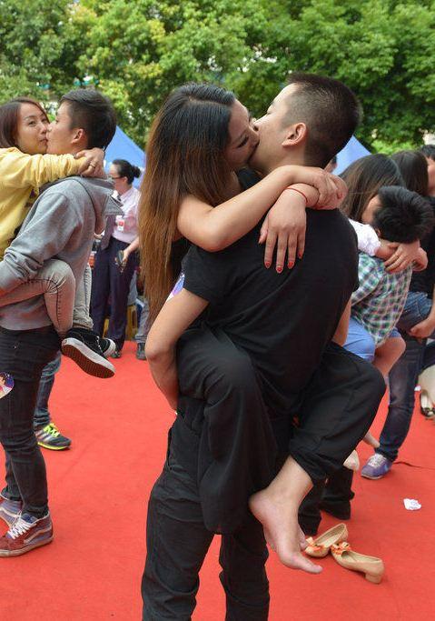'七夕'接吻大赛街头举行