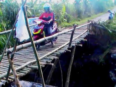 Jembatan Dunbang Ambrol, Warga Bangun Jembatan Darurat