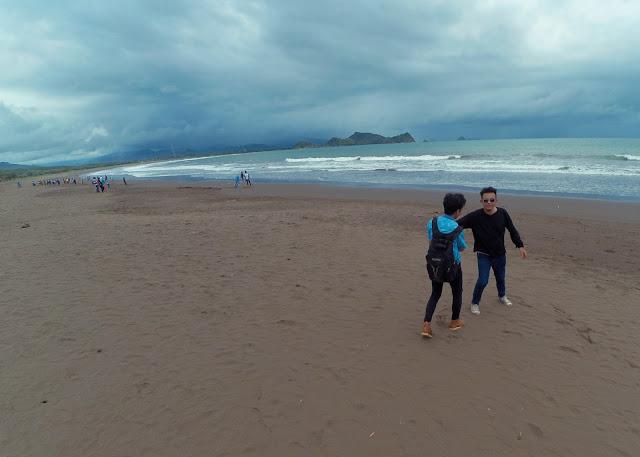 Objek Wisata Pantai Watu Ulo begitu ramai saat musim libur lebaran