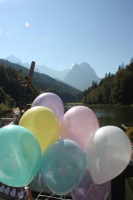 Ballons zum Hochzeitsempfang, Pastell und Vintage Hochzeit in zarten Regenbogenfarben, Riessersee Hotel, Garmisch, Bayern, vintage lake-side wedding in pastel colours, Germany, Bavaria, wedding destination