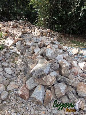 Pedra moledo, para construção de torre de pedra, com tamanhos de 20 cm a 30 cm.