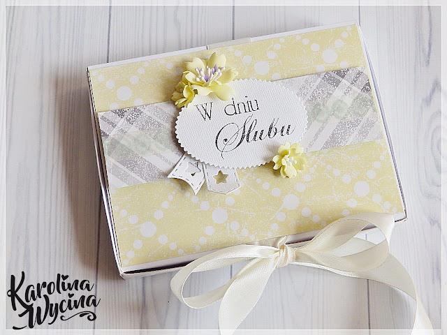 Muśnięta złotem kartka ślubna w pudełku