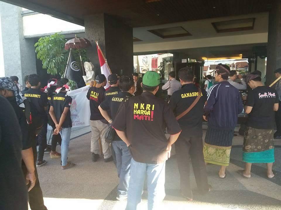 Mencekam!! Massa Merangsek ke dalam Hotel Aston Denpasar, Usir Ustadz Abdul Shomad. Ini Videonya