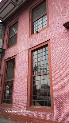 ukuran dan bentuk jendela pada toko merah unik walking tour wisata kota tua jakarta good guide