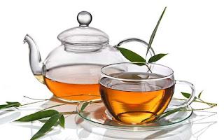 Le thé : ses vertus pour la santé. Le thé contient de la théophylline, utilisée contre l'asthme, de la théobromine qui stimule le système nerveux, des vertus diurétiques...