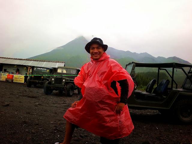 Selfie dengan background Gunung Merapi hehehe ...
