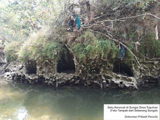 Batu Keramat di Sungai Desa Tuyuhan (Foto Tampak dari Seberang Sungai)