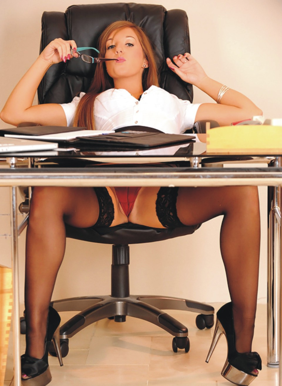 видео у секретарши под столом него