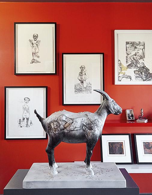 escultura y pequeños cuadors en el salon chicanddeco