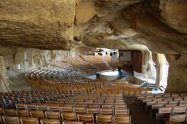 70.000 fiéis se reúnem em uma caverna que se transformou em igreja para adorar a Jesus no Egito