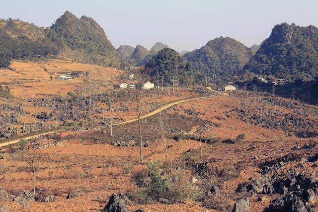 Miền núi đá rộng lớn và những con đường.