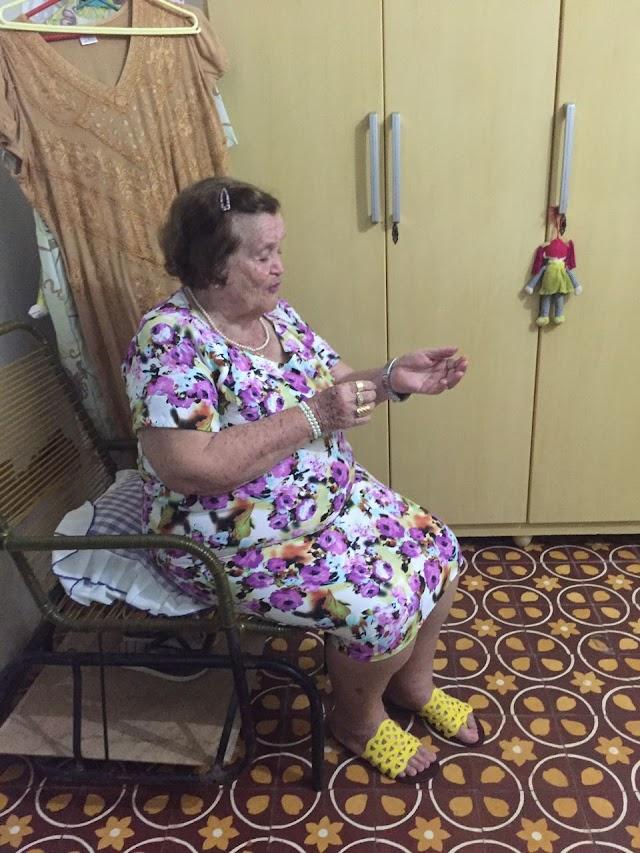 GENTE DA CIDADE: Dona Lourdes Leal, aos 89 anos, mostra um pouco da sua vaidade.