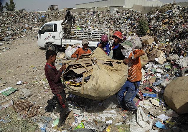 الحوثي يوكل مهمة حربية لعمال النظافة في مدينة الحديدة ..
