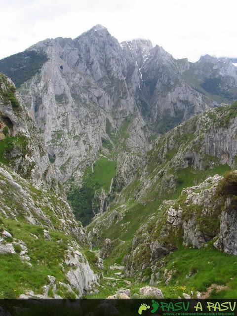Bajando la canal de Culiembro por la parte alta
