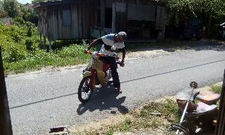 Gambar naiki motor