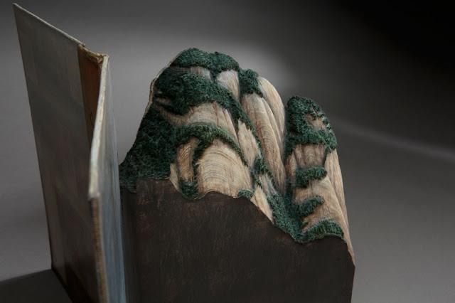 Intrincados paisajes y cordilleras tallados en libros antiguos