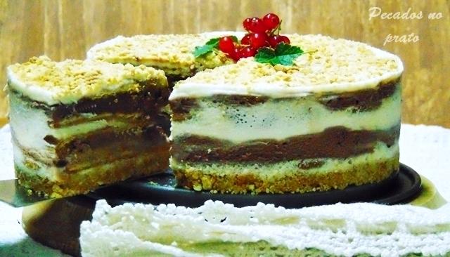 Gelado de chocolate com natas e bolacha