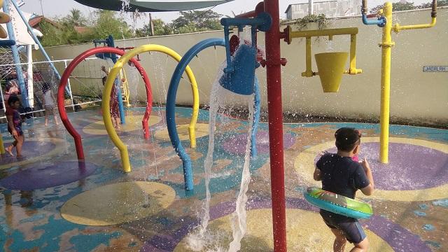 Kolam Renang HS Agung air mancur anak