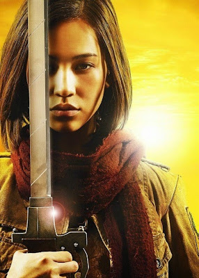 Plakat z filmu Attack on Titan na którym jest Kiko Mizuhara jako Mikasa Ackerman