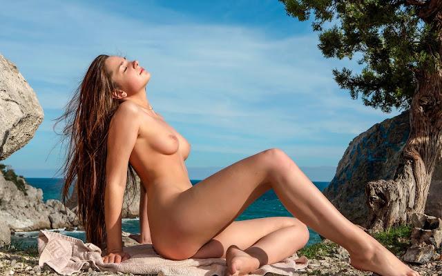 Красивая, юная, обнаженная, девушка, загорает, грудь, тело, ножки, сидит, камни, скалы, даль