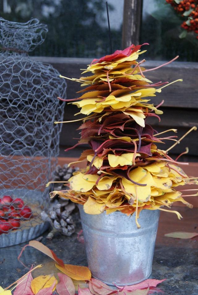 DIY Herbstbäumchen aus Laub mit Blumentopf als Basis