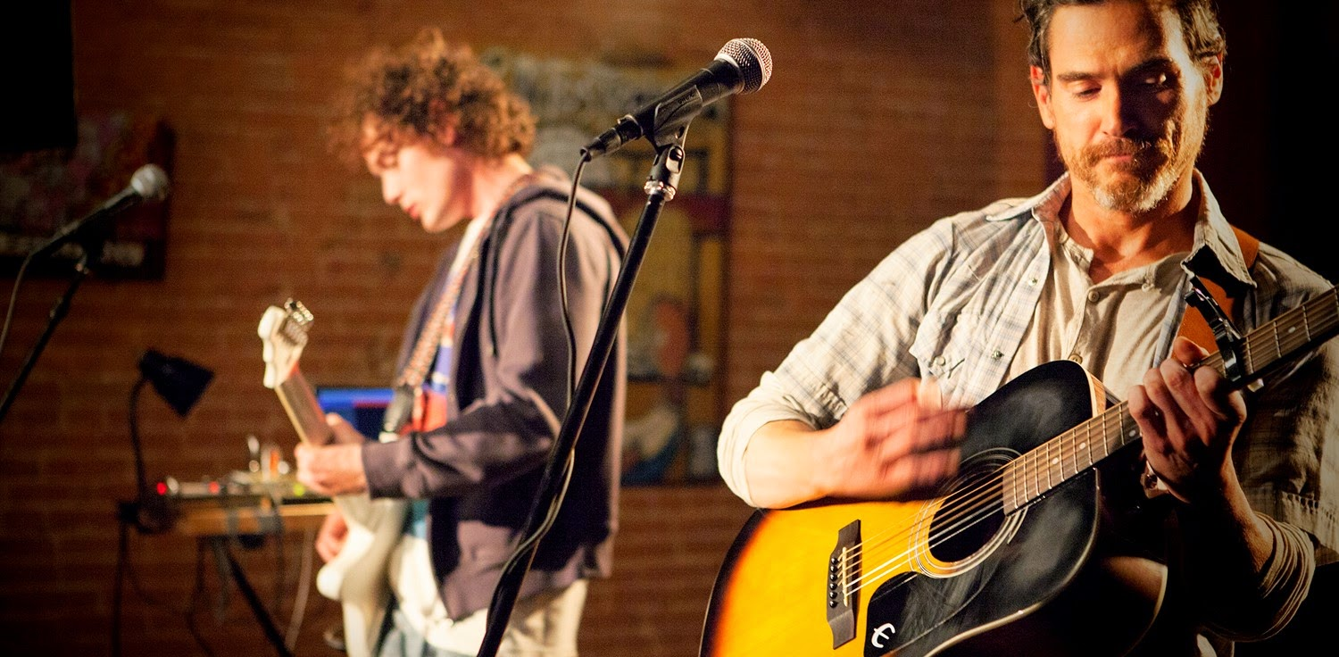 Billy Crudup e Anton Yelchin no trailer do drama Rudderless, estréia na direção de William H. Macy
