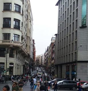 Vista de Leganitos desde la plaza de España, con su continuo tránsito de coches y peatones.