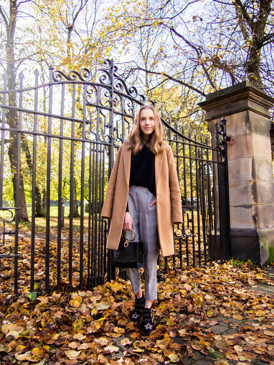 fashion-blogger-autumn-outfit-camel-coat-check-trousers-cashmere-jumper