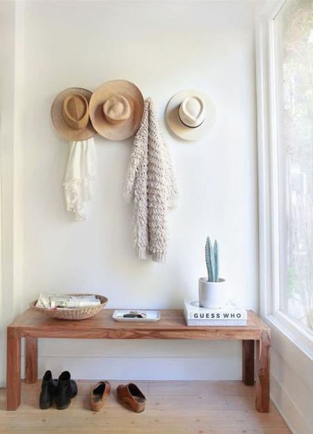 Hall com banco simples de madeira