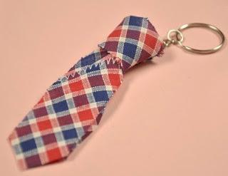 http://manualidadesreciclables.com/15713/llavero-corbata-para-el-dia-del-padre
