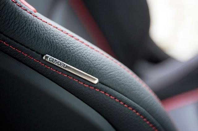 Tay lái Mercedes AMG A45 4MATIC 3 chấu bọc da nappa với chỉ khâu màu Đỏ