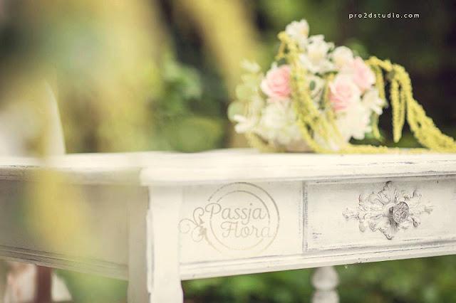 """""""Postarzane"""" meble, jako motyw ozdobny na plenerowym ślubie."""