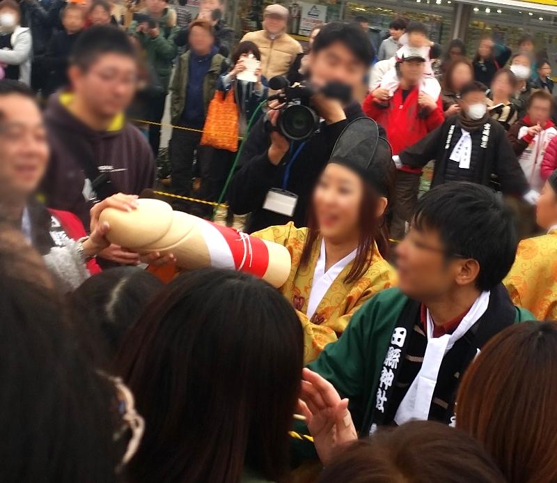 人文研究見聞録:田縣神社の豊年祭で男根を抱える巫女