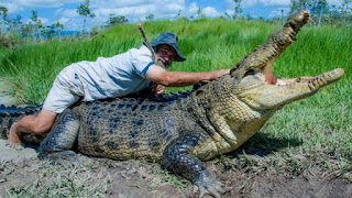 Il boscimano a piedi nudi Rob Bredl attaccato da un coccodrillo