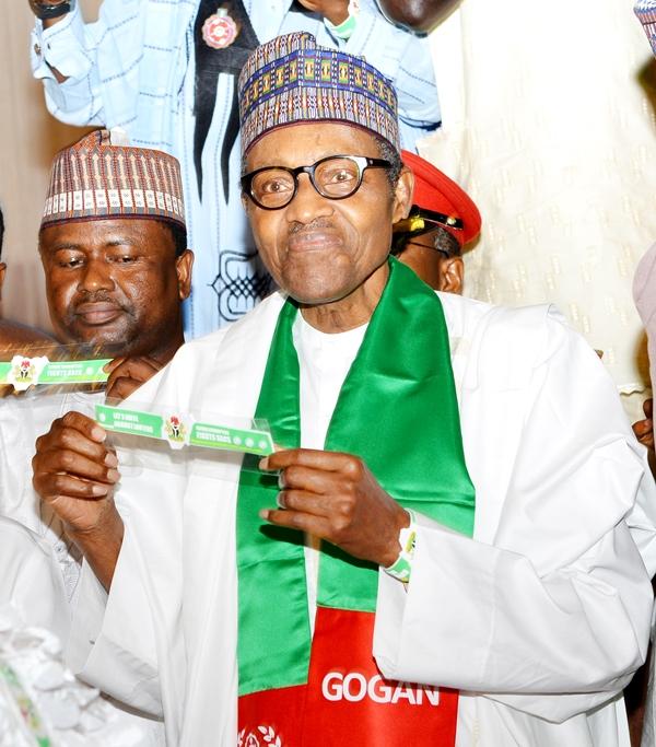 President Buhari holding the unity wristband