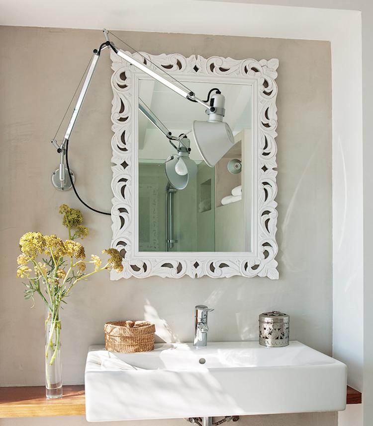 Baño con flexo y espejo vintage